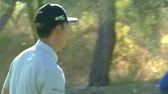 Kevin Na gets up-and-down for birdie at Shriners