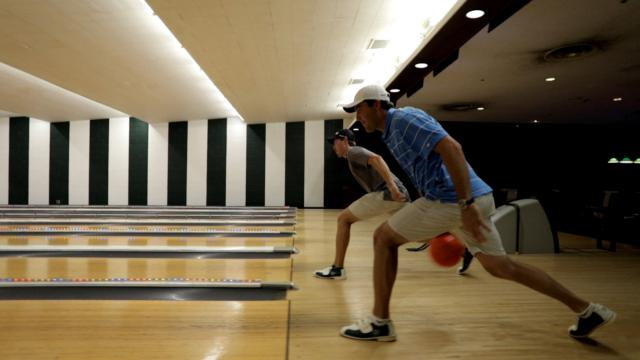 Scottie Scheffler and Vincent Whaley go head-to-head in the bowling alley
