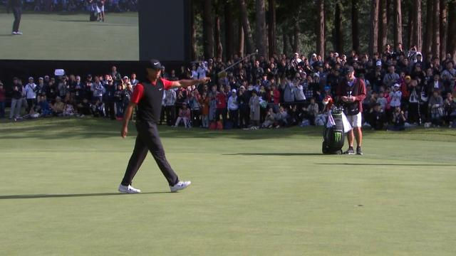Today's Top Plays: Tiger Woods walks in record-tying putt for the Shot of the Day