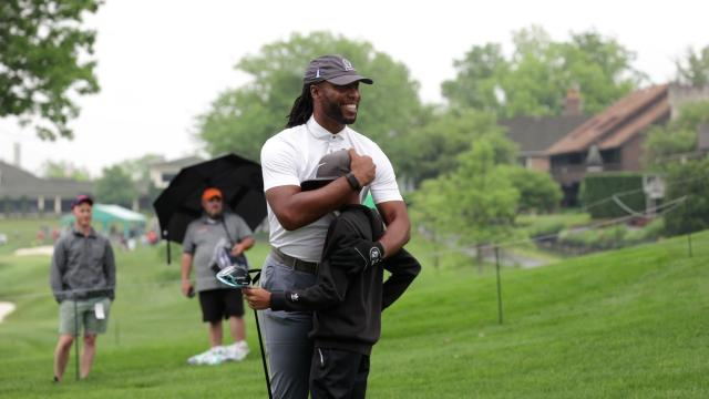 Larry Fitzgerald invites amateur to hit tee shot at the Memorial Tournament pro-am