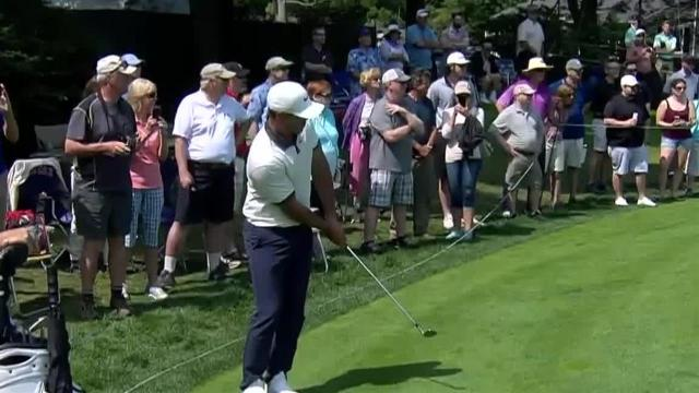 Brooks Koepka chips in for birdie at Travelers