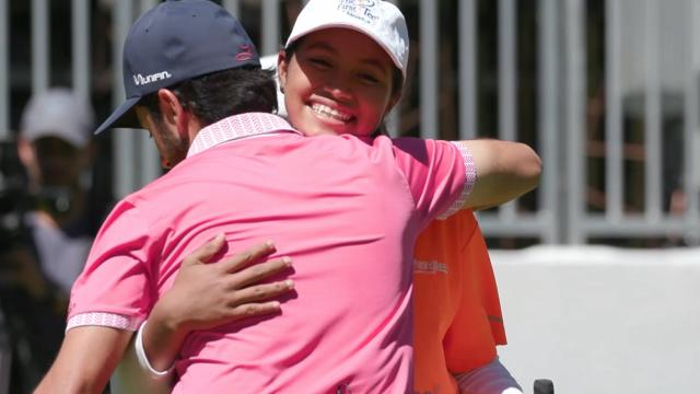 Abraham Ancer surprises a fan at WGC-Mexico Championship