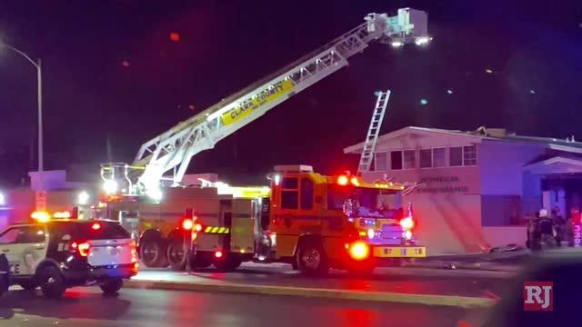 拉斯万博官网app评论杂志体育|消防员在拉斯万博官网app市中心扑救建筑物火灾